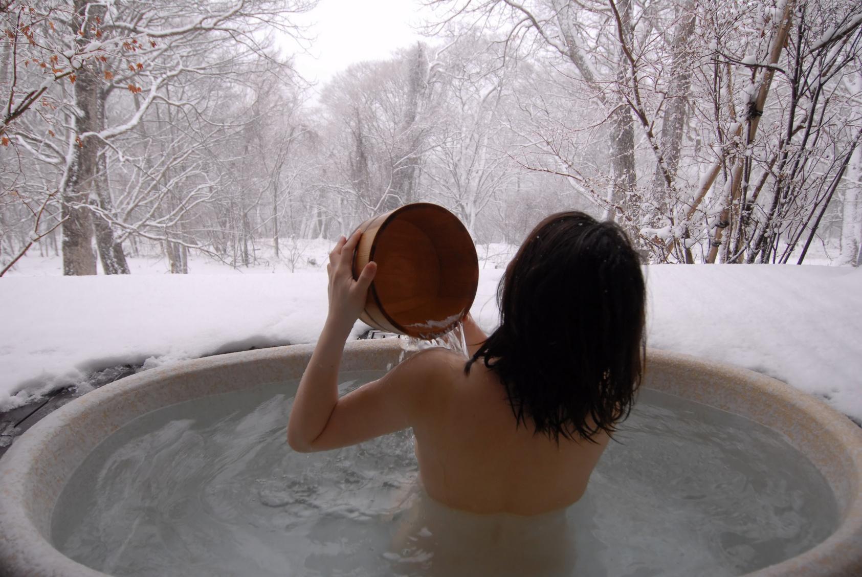 зимой в горячей купели
